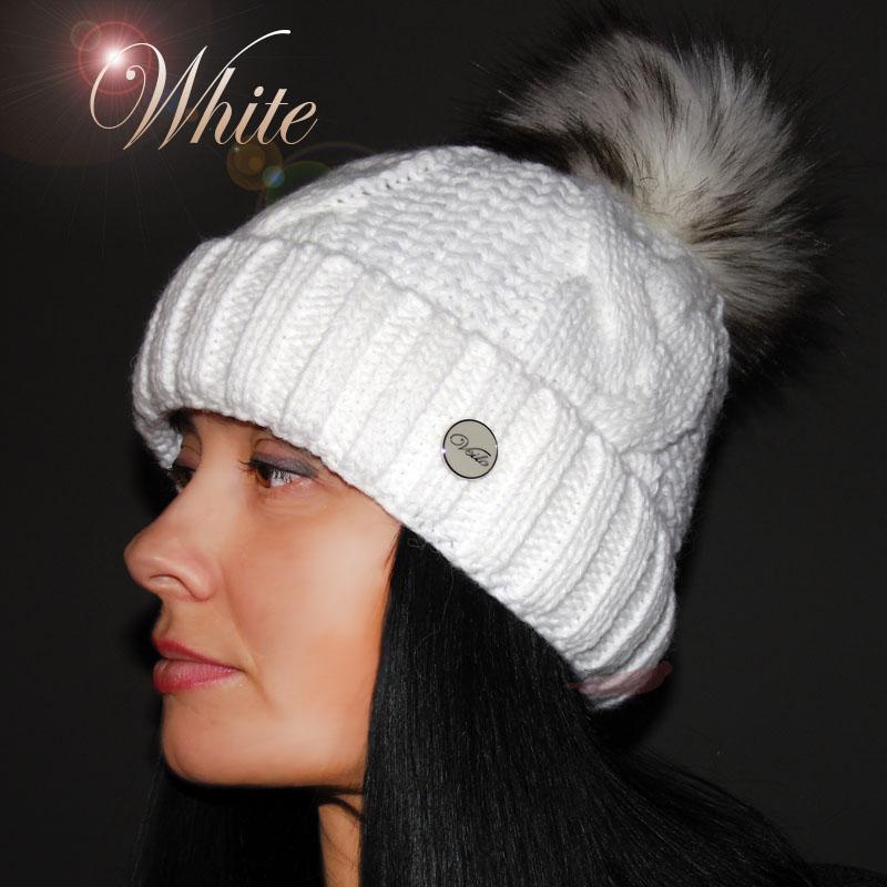 604c90c78e2 Bílá dámská zimní čepice s chlupatou bambulí